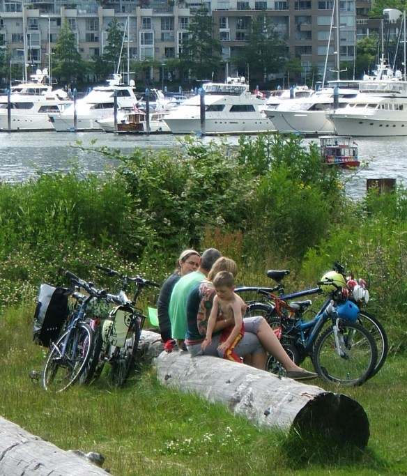 Seaside cycle route Vancouver - family group