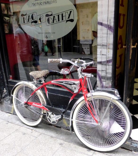 Schwinn Cruiser outside tattoo parlour Madrid